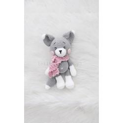 Szary Lisek w różowym szaliku